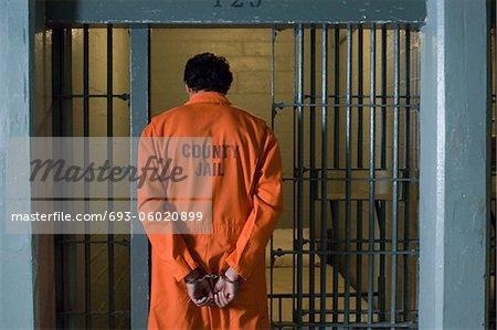 Prisonnier menotté en prison