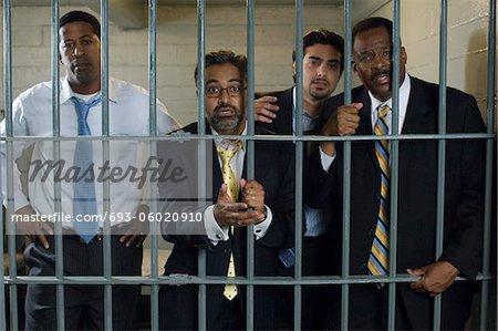 Quatre personnes dans une cellule de prison