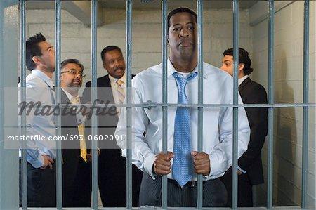 Groupe d'hommes dans une cellule de prison