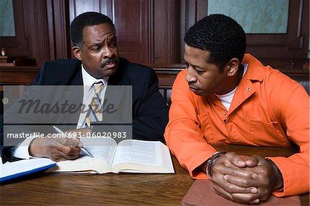 Criminel avec l'avocat à la Cour