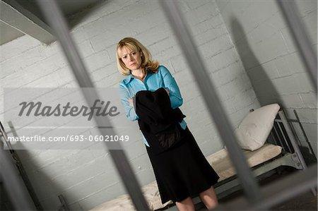 Femelle criminel derrière les barreaux de prison