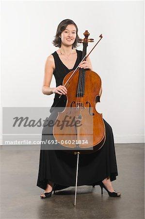 Voller Länge Portrait von Cello-Spieler
