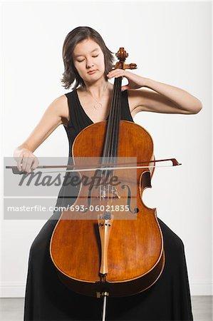 Gemischte Abstammung Cellist sitzt spielen