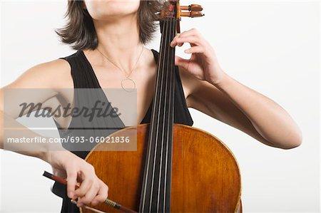 Mitte-Abschnitt der weiblichen cellist