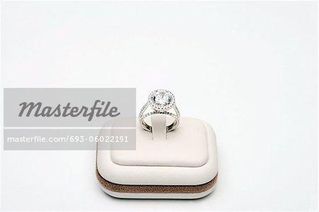 Bague platine avec 5 carats centre diamant entouré de diamants carats 0.80 coupe complète