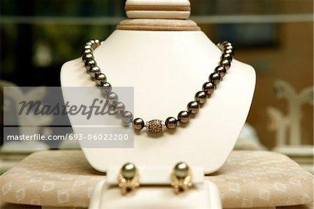 18 k jaune boucles or avec diamants et perles de mer du Sud. 16 pouces volet de gradulated perles de mer du Sud avec 1.97 carats de diamants champagne