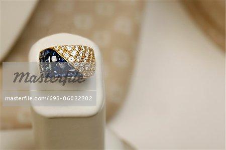 or jaune 18 carats bague 5.25 carats de princess cut saphires et 1,82 carat de diamants