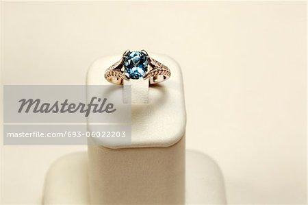 bague en or blanc 18 k avec ovale aigue-marine et diamants