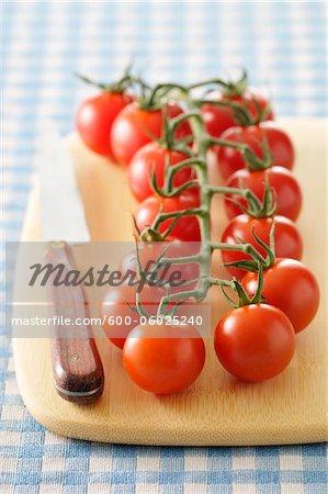 Tomates sur une planche à découper