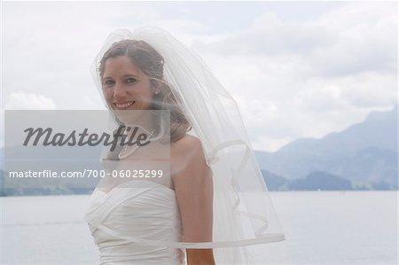 Porträt der Braut in der Nähe von Lake