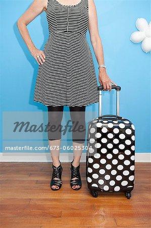 Frau mit Polka Dot-Koffer