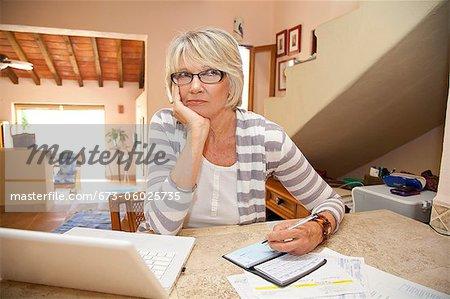 Frau schreiben Prüfungen im home-office