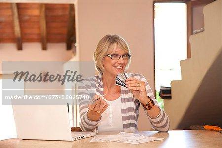 Frau am home-Office mit Kreditkarten