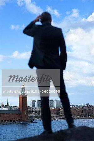 Homme mûr permanent et à la recherche à l'hôtel de ville de Stockholm