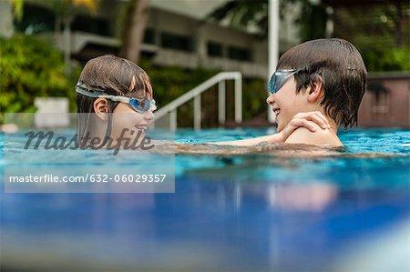 Frère et soeur dans la piscine