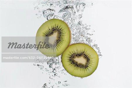 Kiwi-Hälften, die in Wasser getaucht