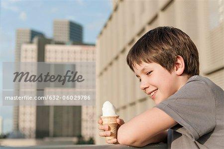 Garçon tenant le cornet de crème glacée, portrait