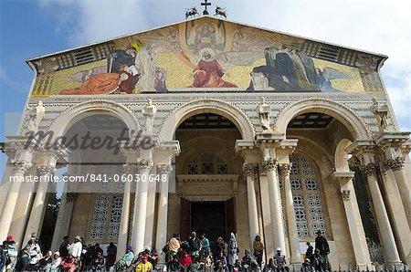 Pèlerins devant l'église de toutes les Nations, Gethsémani, Jérusalem, Israël, Moyen-Orient