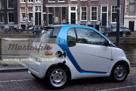 Aufladen eines Elektroautos, Amsterdam, Niederlande, Europa