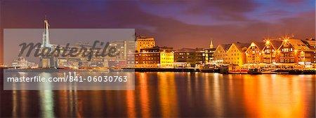 L'Arctique ville de Tromso, port, port et front de mer entrepôts, panorama pendant la nuit, Tromsø, Troms, Norvège du Nord, Scandinavie, Europe