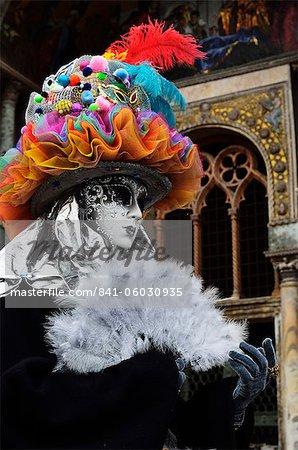 Maskierte Figur im Kostüm im Karneval, Venedig, Veneto, Italien, Europe 2012