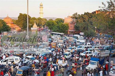 Vie de congestion et de la rue dans le trafic dans la ville de Jaipur, Rajasthan, Inde, Asie