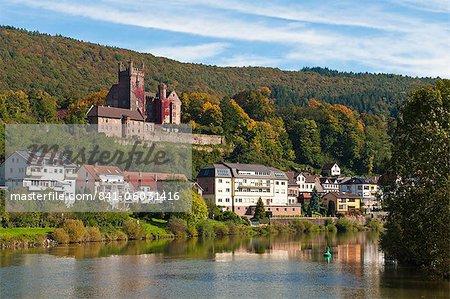 Le Mittelburg (château de moyen) et la rivière Neckar, Neckarsteinach, Hesse, Allemagne, Europe