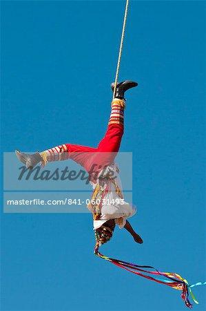 Voladores von Papantla fliegende Männer am Malecon, Puerto Vallarta, Jalisco, Mexiko, Nordamerika
