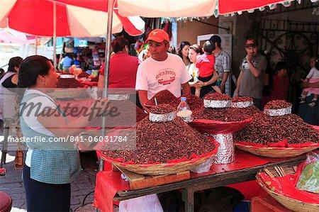 Vendeur vendre chapulines (sauterelles frites), ville d'Oaxaca, Oaxaca, Mexique, Amérique du Nord