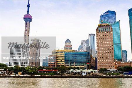 Skyline von Pudong über den Huangpu-Fluss, Oriental Pearl Turm auf der linken Seite, Shanghai, China, Asien