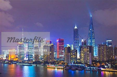 Skyline de Pudong pendant la nuit sur la rivière Huangpu, Shanghai, Chine, Asie