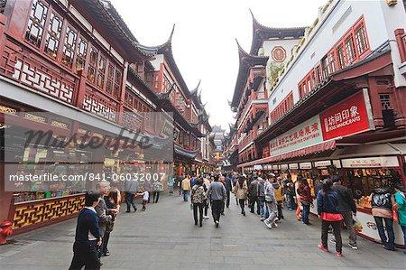 Shopping in the Yu Yuan (Yuyuan) Bazaar, Yu Gardens, Nanshi, Shanghai, China, Asia