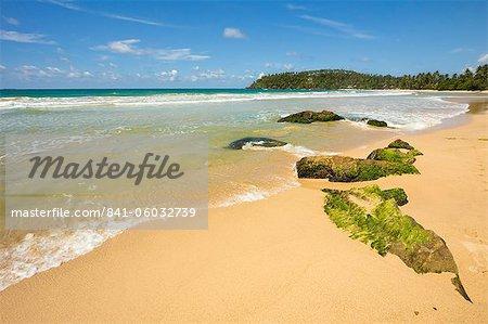 Les roches et le point de l'ouest de la plage de surf côte sud whale watch à Mirissa, près de Matara, Province du Sud, Sri Lanka, Asie