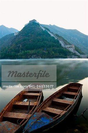 Deux bateaux sur le lac de Jintang à côté de la grande muraille de Chine, patrimoine mondial UNESCO, Huanghuacheng (fleur jaune) à l'aube, Jiuduhe Zhen, Huairou, Chine, Asie