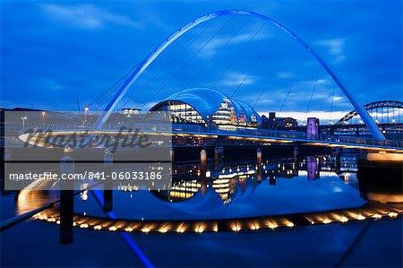 Gateshead Millennium Bridge, la sauge et la rivière Tyne entre Newcastle et Gateshead, au crépuscule, Tyne et Wear, Angleterre, Royaume-Uni, Europe