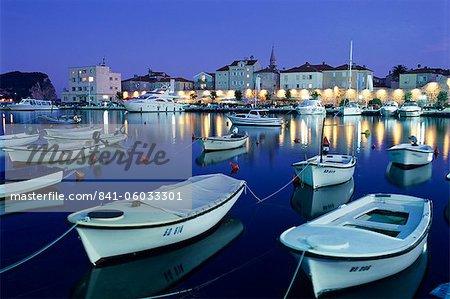 Port et vieille ville à la nuit tombante, la Riviera de Budva, Montenegro, Budva, Europe