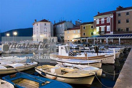 Le port à l'aube, la ville de Cres, Cres Island, baie de Kvarner, Croatie, Adriatic, Europe