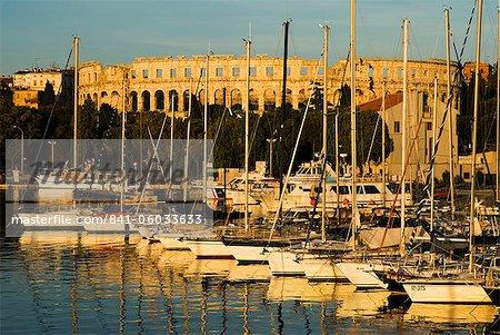 Coucher de soleil sur le port de plaisance au Roman Amphitheatre, Pula, Istrie, Croatie, Adriatic, Europe