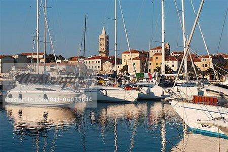 Vue sur la vieille ville et Marina, la ville de Rab, île de Rab, golfe de Kvarner, Croatie, Adriatic, Europe