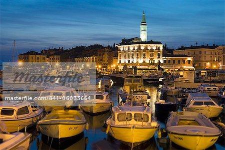 Crépuscule sur le port et l'église de St. Euphemia, Rovinj, Istrie, Croatie, Adriatic, Europe