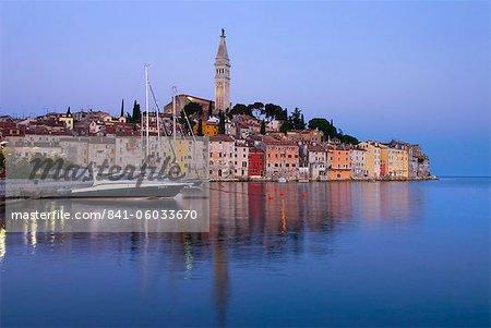 La vieille ville et l'église de St. Euphemia à l'aube, Rovinj, Istrie, Croatie, Adriatic, Europe