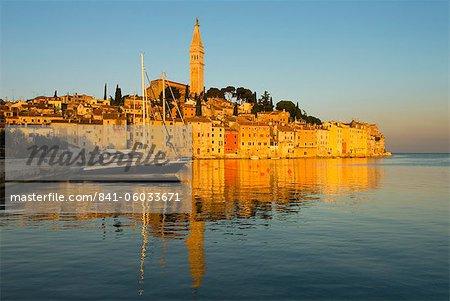 La vieille ville et l'église de St. Euphemia au lever du soleil, Rovinj, Istrie, Croatie, Adriatic, Europe