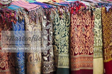 Schals und Tücher für den Verkauf auf dem Markt der Sharia el Souk in Aswan, Ägypten, Nordafrika, Afrika