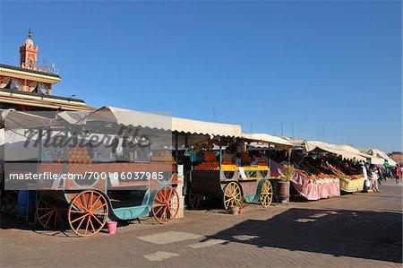 Chariots à la place du marché place Djemaa El Fna, Marrakech, Maroc