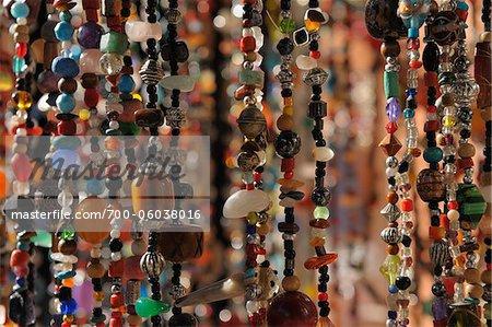 Gros plan de bijoux au Souk, Marrakech, Maroc