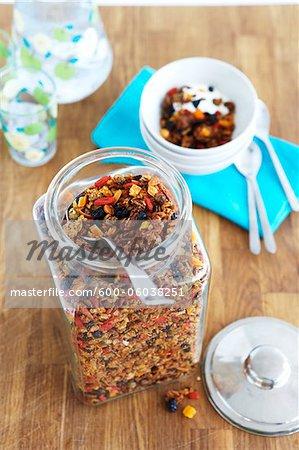 Glas von Müsli mit getrockneten Früchten