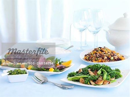 Roast Beef-Abendessen mit Rappini und Bohnensalat