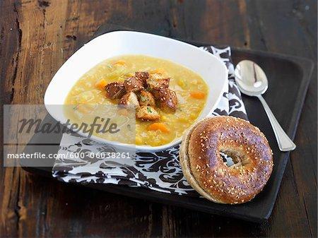 Soupe aux pois avec croûtons et Bagel