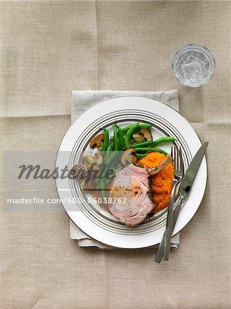 Côtelette de porc aux champignons, haricots verts, échalotes, Squash et sauce Au Jus