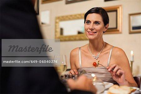 Paar mit Abendessen im restaurant